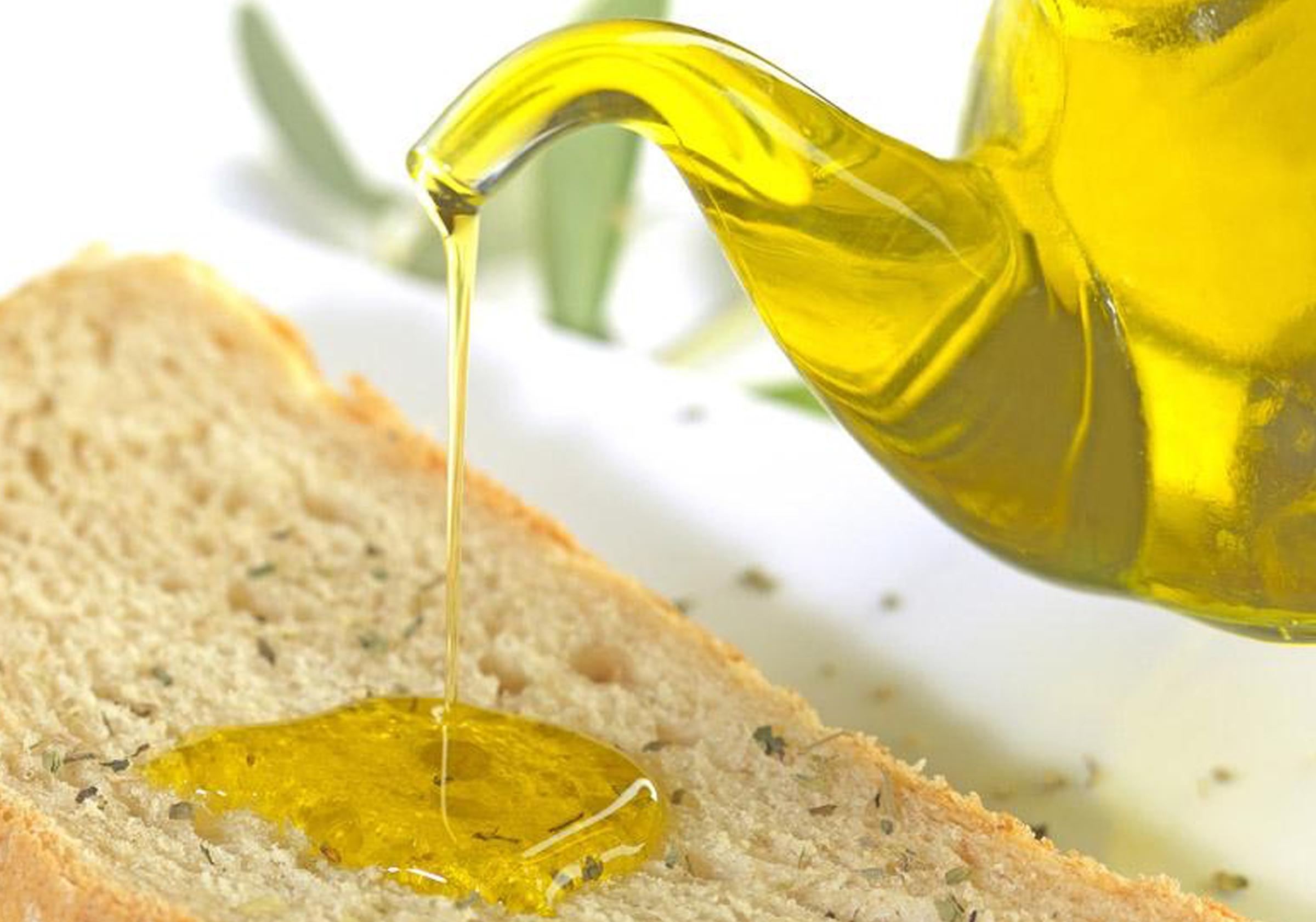 Un cucchiaio di olio di oliva la mattina: i benefici